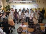 "Učenice V 2 pevaju "" Oj ružice"""
